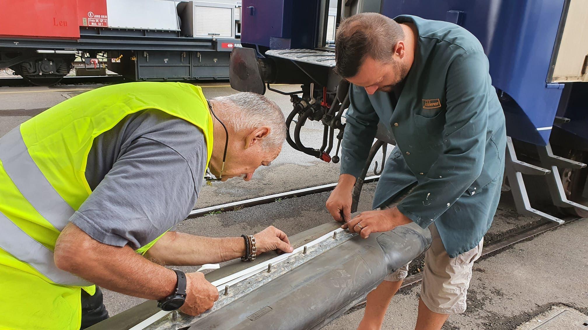 Hand in Hand im Team Ein Team des CBm 22-70 aus Schaffhausen und der Wagi Schlieren arbeiten gemeinsam am Liegewagen.