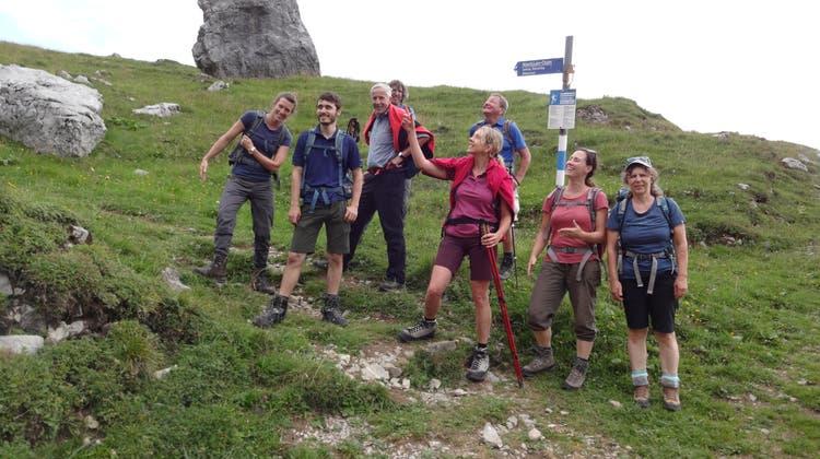 Naturfreunde auf Alpinwanderung über dem Vierwaldstättersee