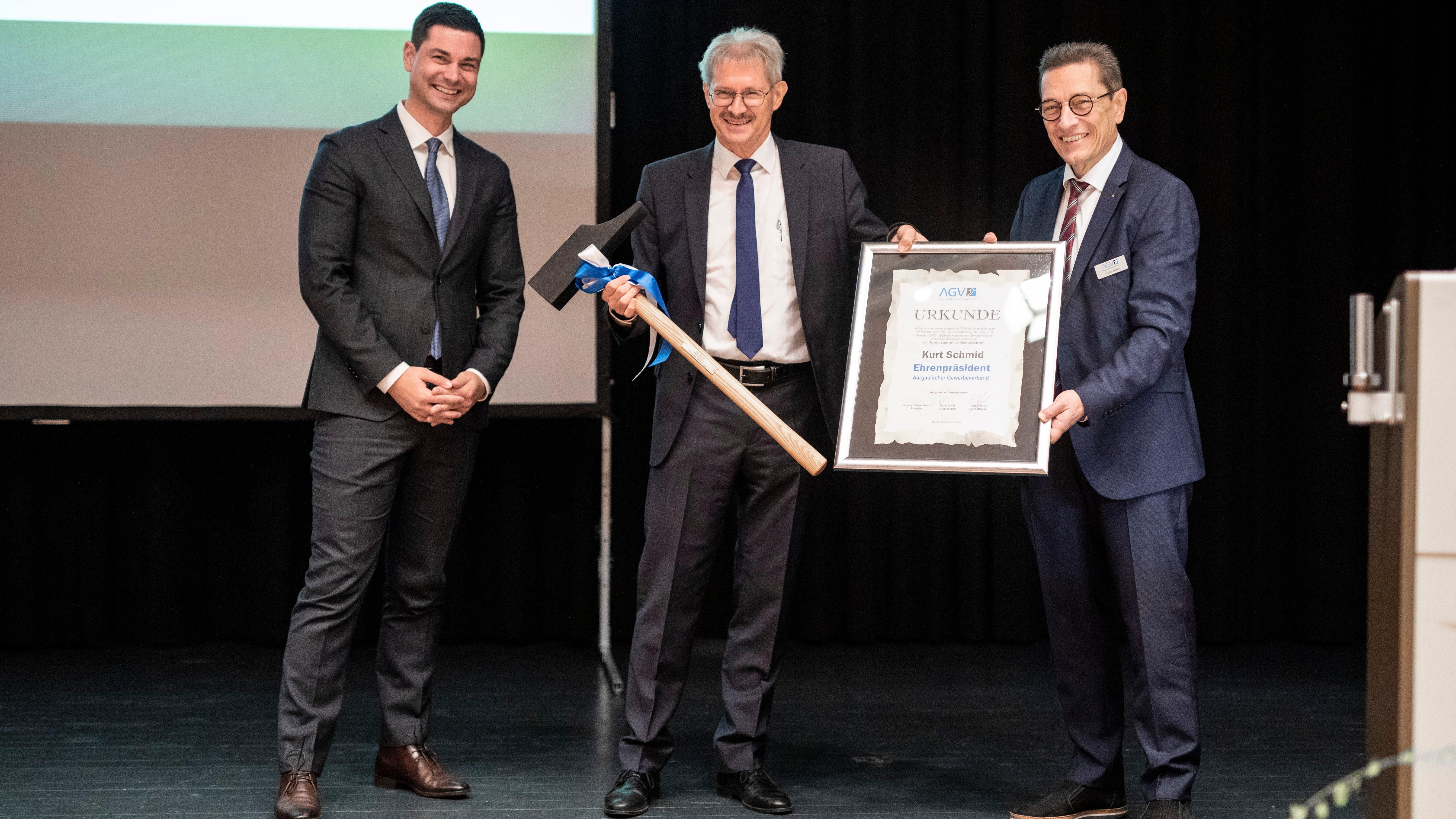 Kurt Schmid (CVP) übergibt sein Amt an SVP-Nationalrat Benjamin Giezendanner (links). Walter Häfeli (FDP) bleibt Vize-Präsident.