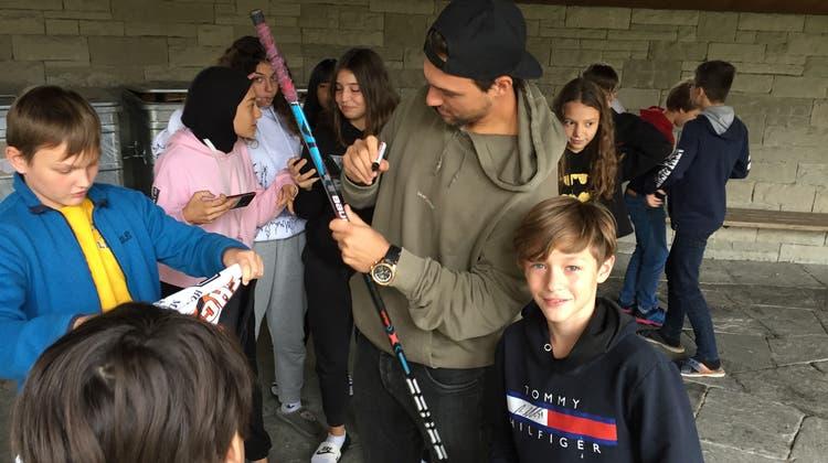 Eishockeystar Nino Niederreiter auf Klassenbesuch in Oberengstringen