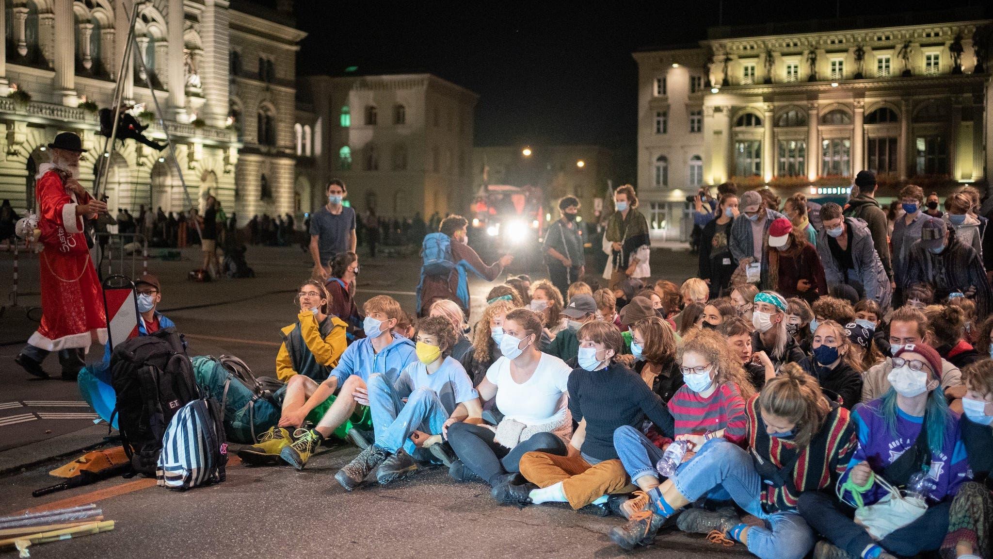 Aktivistinnen und Aktivisten besetzen am Montag früh den Bundesplatz in Bern.