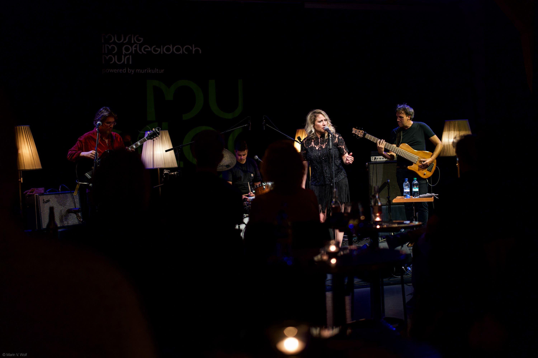Lucy Woodward and Band zu Besuch bei «Musig im Pflegidach» in Muri.