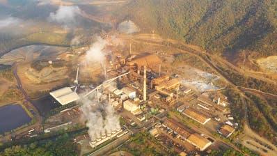 Die Fénix-Mine in Guatemala, links die Mitteilung des Verfassungsgerichts. (Bild: forbiddenstories.org)
