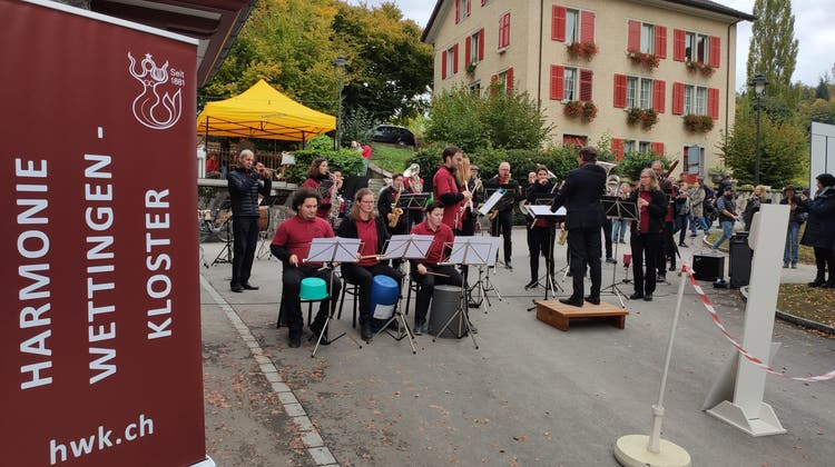 Auftritt der Harmonie Wettingen-Kloster am Herbstmarkt auf der Klosterhalbinsel