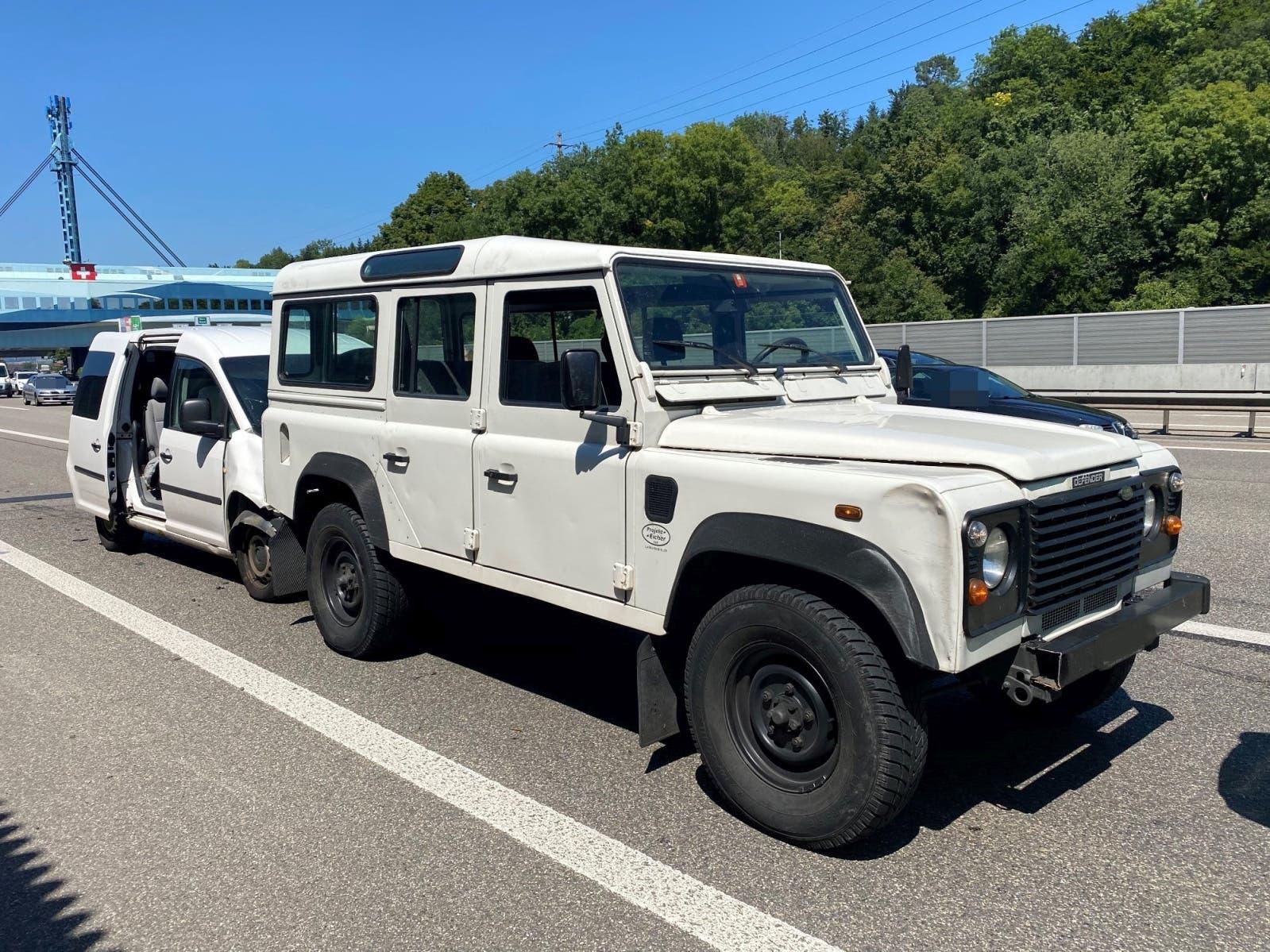 Der Fahrer des Land Rovers leitete eine Vollbremsung ein, worauf das nachfolgende Fahrzeug, ein VW Caddy, heftig auffuhr.