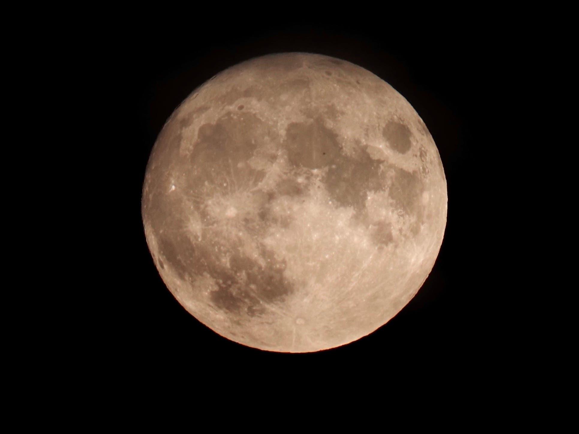 undefined Mond über dem Limmattal. Aufgenommen in Urdorf