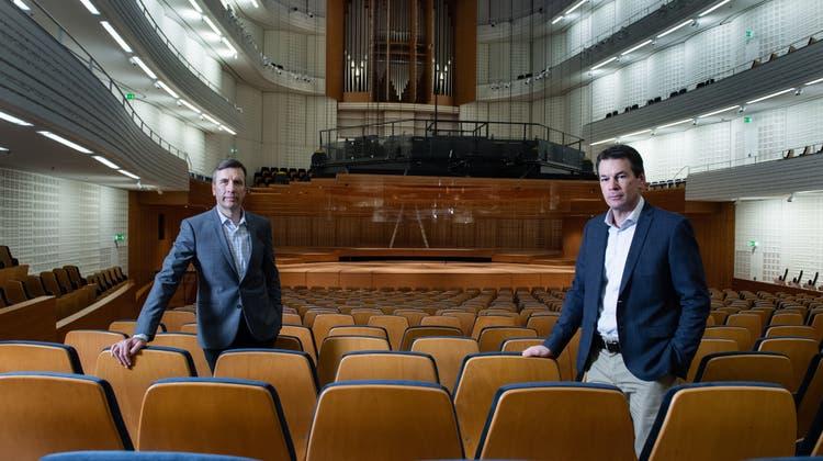 CEO Philipp Keller (links) und Verwaltungsratspräsident Felix Howald im leeren KKL-Saal. Hinten das höhenverstellbare Akustik-Canopy, das für Sanierungsarbeiten heruntergehängt wurde. (Bild: Boris Bürgisser (Luzern, 13. November 2020))