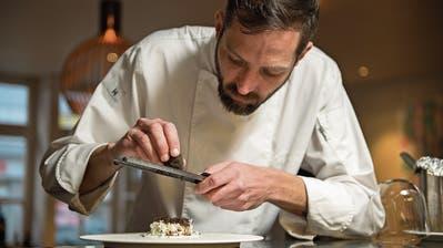 Koch Moritz Stiefel bereitet im Restaurant Hopfenkranz Blumenkohl mit Trüffel zu. (Dominik Wunderli (Februar 2019))