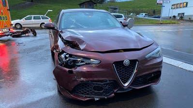 Das Unfallfahrzeug in Neuheim. (Bild: Zuger Polizei)