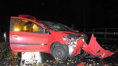 Am Auto entstand Totalschaden. (Bild: Kapo Schwyz)