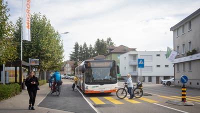 Nachdem sich im August und im September dort zwei Unfälle ereigneten, wurde die Haltebucht beim Fussgängerstreifen vor der Migros Ende Septemberaufgehoben. Der Bus hält seither auf der Strasse, die Autos müssen warten. (Arthur Gamsa(9. Oktober 2020))