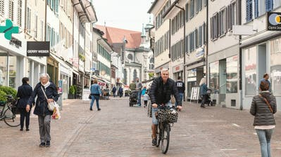 Passanten bewegen sich an einem Samstag in der temporär autofreien Altstadt. (Bild: Nik Roth(16. Mai 2020))