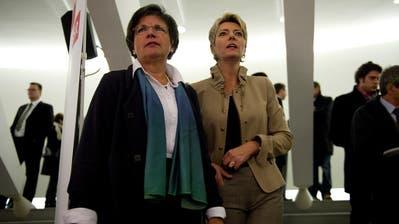 Gespannt auf das Abstimmungsresultat, aber diesmal gar nicht Seite an Seite: Lucrezia Meier-Schatz (links), damals CVP-Nationalrätin, und Karin Keller-Sutter, damals FDP-Regierungsrätin, 2011 im St. GallerPfalzkeller. (Bild: Urs Bucher)
