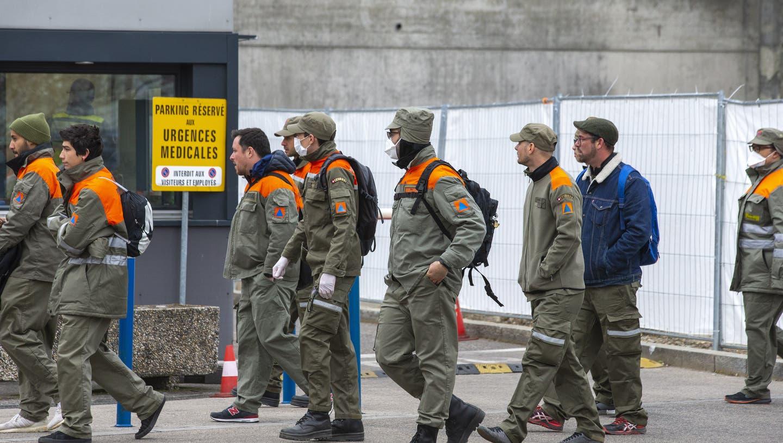 Zivilschützer in Genf im Einsatz. (Keystone)