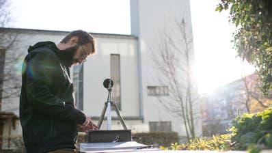 Jan Podzorski von der Firma Rüetschi misst den Lautstärkepegel des Glockenschalls vom Turm der Gut Hirt Kirche. (Bild: Maria Schmid (Zug, 17. November 2020))