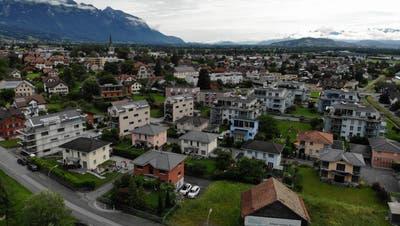 Einfamilienhäuser sind im Werdenberg in Überzahl, wegen der immer knapper werdenden Bauflächen wird künftig wohl die Kategorie Mehrfamilienhäuser mehr Gewicht erlangen. (Bild: Heini Schwendener)