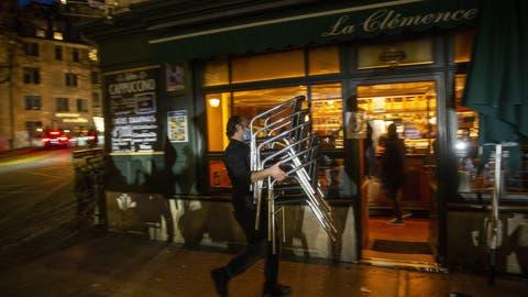 Seit dem 2. November herrscht in Genf ein erneuter Lockdown, von dem Restaurants, Café, Bars und Geschäfte betroffen sind. (Salvatore Di Nolfi / KEYSTONE)