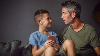 Gar nicht so einfach, Musik zu finden, die dem Papa und dem Bub gefällt. (Bild: Getty)