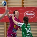 Die Brühler Spielerinnen Tabea Schmid (grün, Nummer 17) und Andrina Schnyder stoppenNottwils Ivana Ljubas. (Bild: Boris Bürgisser (Nottwil, 18. November 2020))