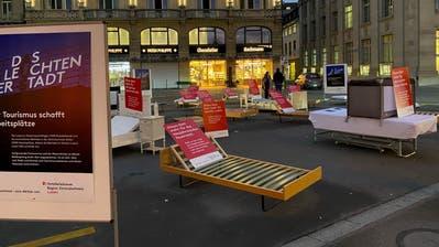 Es wäre bereit für Gäste, doch das Bett bleibt leer: Hotelzimmer im «Schweizerhof». (Eveline Beerkircher (Luzern, 19. November 2020))