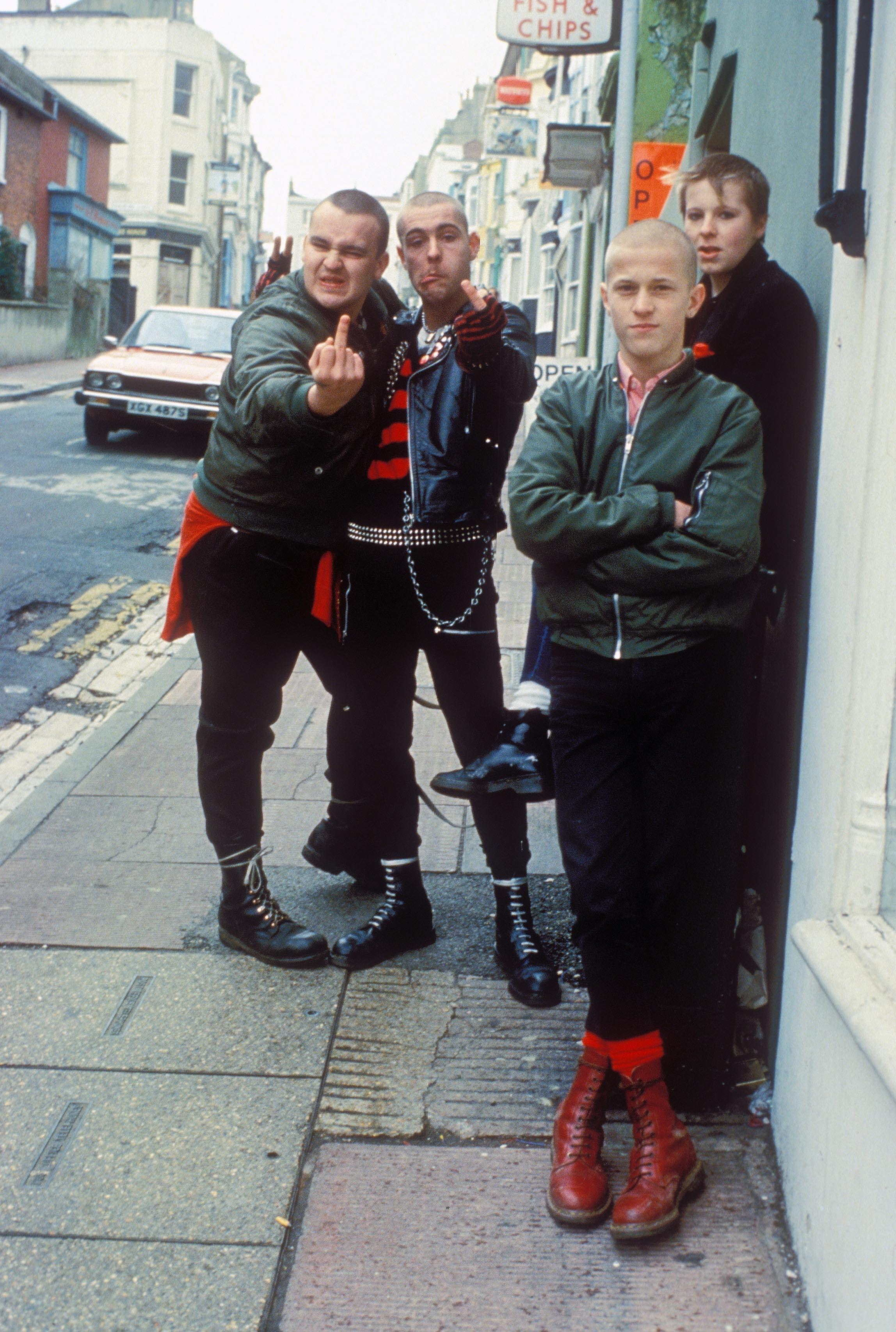 1980: Skinheads auf den Strassen von Brighton, styltechnisch schon ziemlich nahe an den Punks...