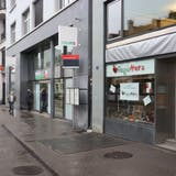 Der Laden ist optimal gelegen. Gleich nebenan ist die Bushaltestelle Schibenertor. (Bild: Basil Schnellmann (19. November 2020))