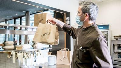 «Luzis»-Küchenchef Kevin Svalduz wird in der Küche des Restaurants N'Ice für die Auslieferung kochen. (Bilder: Nadia Schärli (Luzern, 2. November 2020))