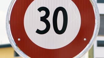 Teufen plant die Einführung von Tempo-30-Zonen auf allen Nebenstrassen, die in die Kantonsstrasse einmünden. (Bild: Christian Beutler / KEYSTONE)