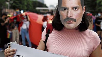 Ein LGBTIQ+-Aktivistin mit einer Maske des verstorbenen Sängers Freddie Mercury.