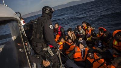 Frontex-Beamte bei einem Rettungseinsatz vor der griechischen Insel Lesbos. (Key)