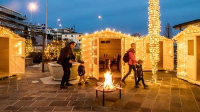 Die Fondue-Holzhütten im Garten des Gasthauses St. Wendlin in Wauwil– inklusive Weihnachtsbeleuchtung. (Bild: Nadia Schärli (Wauwil, 17. November 2020))