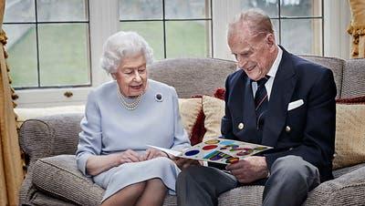 Sie verliebte sich schon mit 13 in ihn: QueenElizabethund Prinz Philip feiern 73. Hochzeitstag