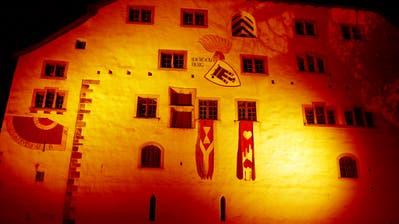 Das Schloss Werdenberg wird 16 Tage lang in orangener Farbe erstrahlen. (Bild: PD)