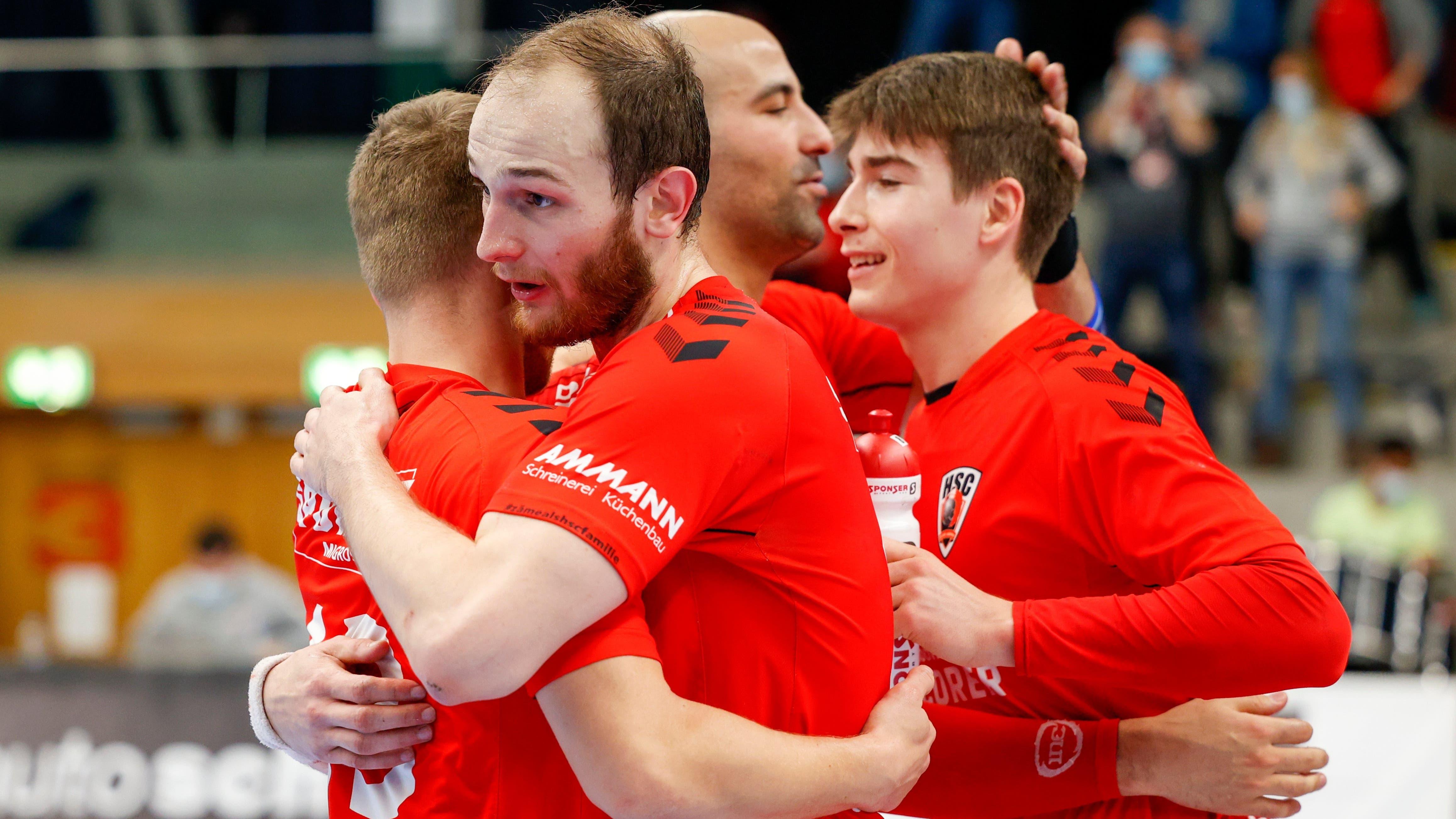 HSC-Co-Captain Tim Aufdenblatten (vorne) und seine Teamkollegen bejubeln den deutlichen 24:13-Sieg gegen den BSV Bern.