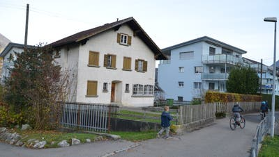 Das Haus Landegg am Schulweg in Beckenried beherbergt ab dem Schuljahr 2021/22 ein neues Angebot mit Kita, Hort und Mittagstisch der Firma Small Foot AG. (Bild: Martin Uebelhart (Beckenried, 17. November 2020))