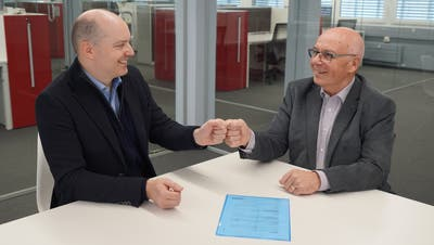 Niklaus Jung (rechts) übernimmt per 1. Januar 2021 die Plattform «Hallowil»von derKanawaiMedienAG. Thomas Feller (links) begleitete die Übernahme und wird auch als zukünftiger Genossenschafter agieren. (Bild: PD)