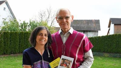 Beatrice und Hans Bär in Karen-Kleidern mit Büchern, die Hans Bär geschrieben hat. (Bild: Yvonne Aldrovandi (Rothenhausen, 16. November, 2020))
