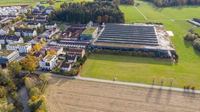 Die Produktionshalle (rechts) soll künftig bis zur Frauentalstrasse reichen. (Bild: Patrick Hürlimann (Hagendorn, 27. Oktober 2020))
