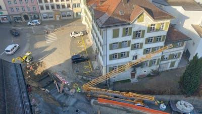 Der Boden wurde ausgehoben, die Kirchenmauer bereits teilweise abgetragen: Die Sanierung der Dorfkirche schreitet voran. Am Dienstag wurde ein Kran auf der Baustelle installiert. (Alessia Pagani)