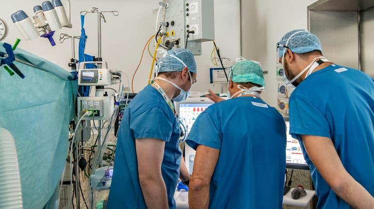 Wegen Personalnot: Arbeiten bald auch in beiden Basel coronapositive Spitalangestellte?