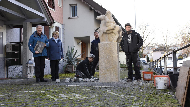 Urs und Lisbeth Hänggli (links) freuen sich, dass Rafael Häfliger (rechts) und sein Team ihre Statue repariert haben. (Bild: Melanie Burgener)