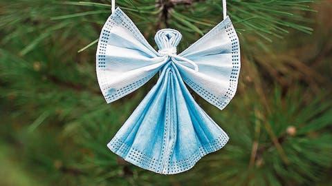 Schutzengel aus Schutzmasken: Diese Dekoration passt prima zu Coronaweihnachten. (Bild: Maria Symchych-Navrotska/Getty)