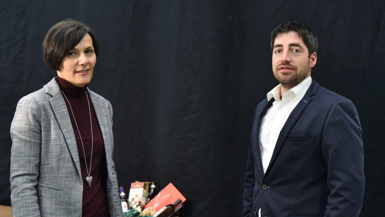 Die beiden Gemeinderäte Claudia Billet (zwölf Jahre Amtszeit) und Anian Vogel (vier Jahre Amtszeit) wurden an der Bürgerversammlung verabschiedet. (Bild: Heini Schwendener)