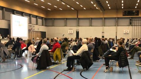 An der ersten und einzigen Gemeindeversammlung Menzingens im Jahr 2020 nahmen in der Sporthalle Ochsenmatt170 Stimmberechtigte teil. (Bild: Harry Ziegler (25. November 2020))