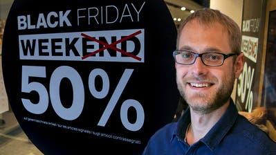 50 Prozent Rabatt auf Dosenbach-Schuhe in Lausanne. Praktisch jeder Händler, Coiffeur oder Metzger macht beim Black Friday inzwischen mit. (Jean-Christophe Bott / KEYSTONE)