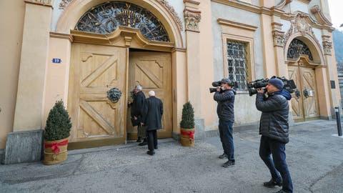 Grosses Medieninteresse: Zwei Domherren auf dem Weg zur Wahl eines neuen Bischofs von Chur. (Bild: Eddy Risch/Keystone)