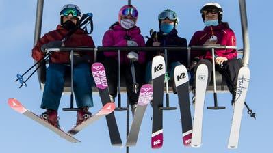 Skifahrer auf einer Sesselbahn im Skigebiet Verbier. (Bild: Jean-Christophe Bott / Keystone (30. Oktober 2020))