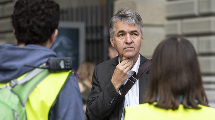 Alec von Graffenried im Gespräch mit Journalisten auf dem Bundesplatz. (Keystone)