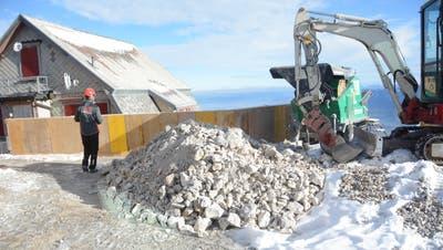 Der Aushub wird auf dem Gipfel zwischengelagert und später zum Ausbessern der Wanderwege verwendet. (Bild: Karin Erni)