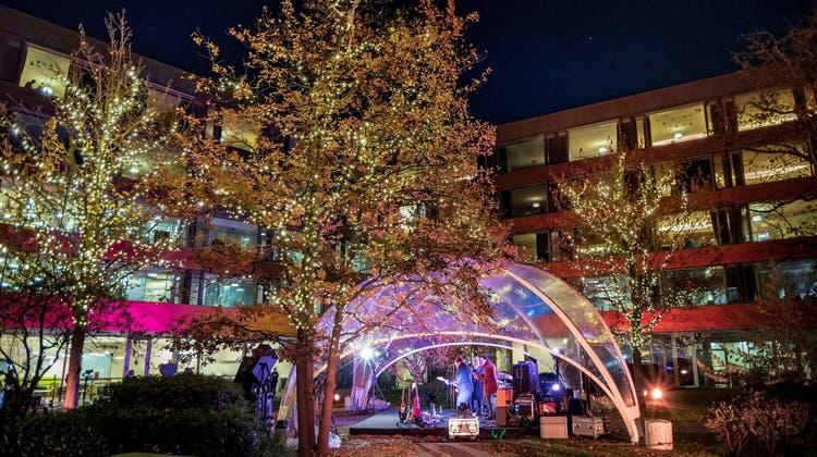 Weihnachtskonzert im Innenhof: Nicole Bernegger singt für die Patienten im Kinderspital